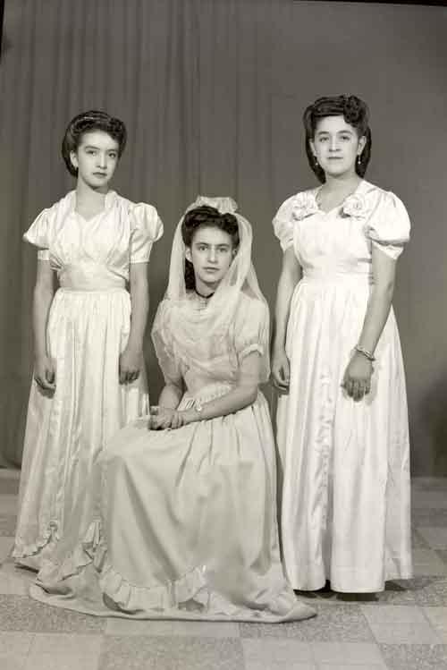 Retrato de tres mujeres jóvenes con vestidos largos, posiblemente damas de honor de una boda en estudio (atribuido)