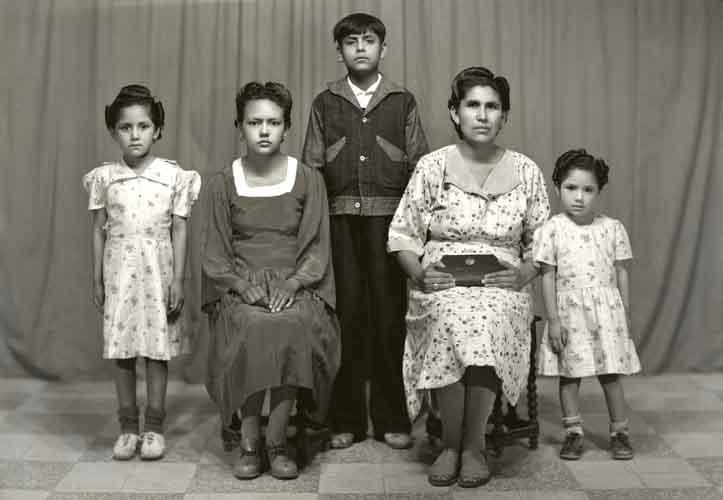 Retrato de madre con cuatro hijos, tres niñas y un niño con ropa formal en estudio (atribuido)