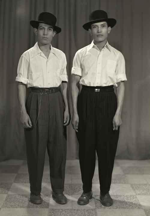 Retrato de dos hombres jóvenes, posiblemente hermanos gemelos, con ropa formal y sombreros en estudio (atribuido)