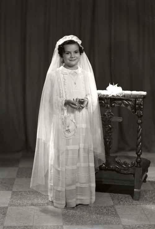 Retrato de niña con vestido de primera comunión en estudio (atribuido)