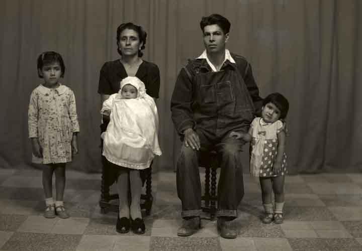 Retrato de familia de cinco integrantes, madre, padre, bebé en brazos y dos niñas en estudio (atribuido)