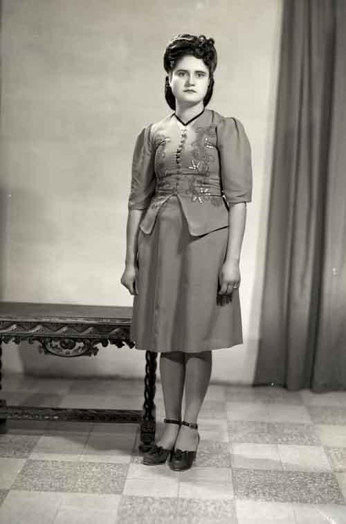 Retrato de mujer joven de cuerpo entero con conjunto de vestir en estudio (atribuido)