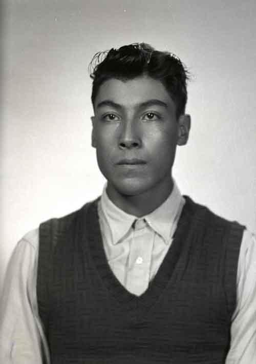 Retrato de filiación de hombre joven con camisa y chaleco en estudio (atribuido)
