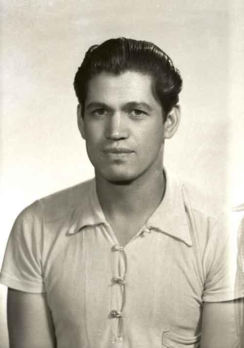 Retrato de filiación de hombre joven con playera en estudio (atribuido)
