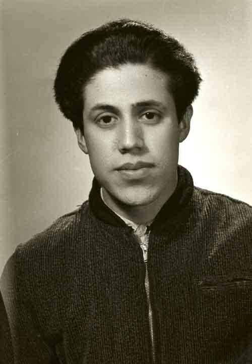 Retrato de filiación de hombre joven con chamarra en estudio (atribuido)