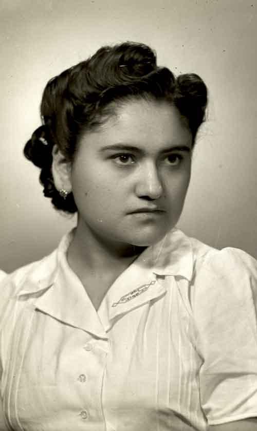 Retrato de mujer joven con peiado estilizado y blusa en estudio (atribuido)