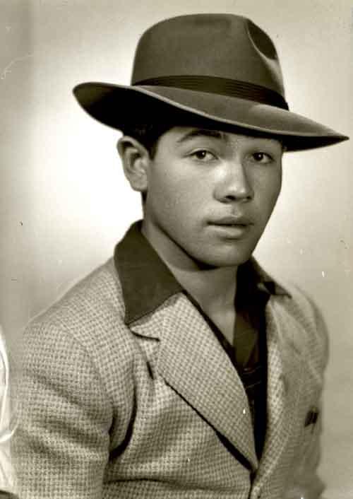 Retrato de hombre joven con saco y sombrero en estudio (atribuido)